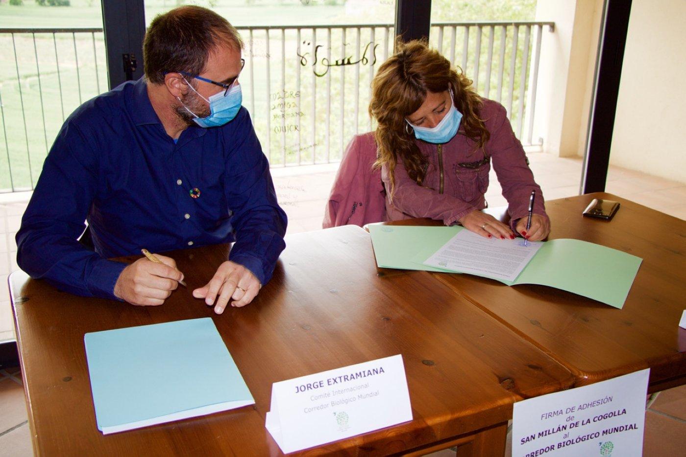 La alcaldesa de la localidad firmó ayer el documento que convierte al pueblo de Yuso y Suso en miembro del Corredor Biológico Mundial